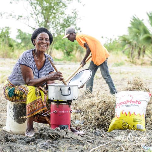 32 - Mimi Moto Zambia cooking on the field