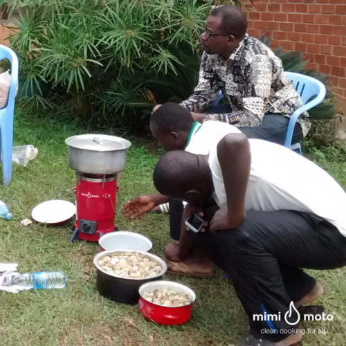 3_-_Mimi_Moto_as_an_example_at_the_cookstove_workshop_Uganda