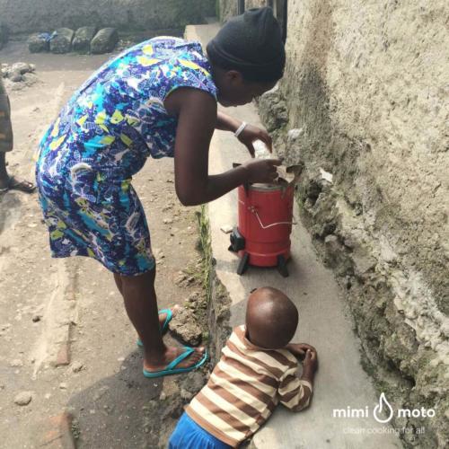 9_-_Mimi_Moto_Rwanda,_Inyenyeri_learning_how_to_light_the_stove